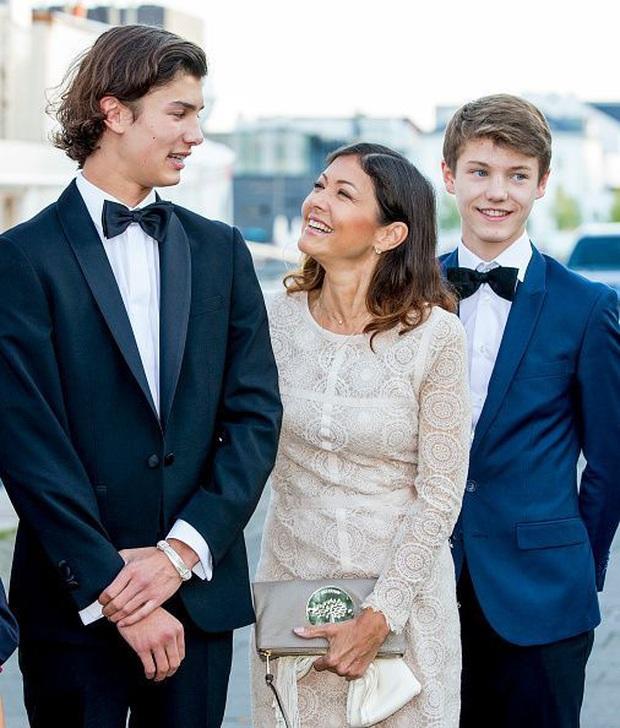 """Hai anh em Hoàng tử Đan Mạch: Từ nhỏ phải sống xa mẹ ruột gốc Á, ngoại hình """"đẹp hơn hoa"""" ngời ngời khí chất khiến chị em khắp thế giới mê mệt - Ảnh 9."""