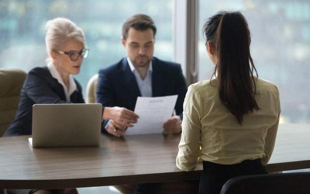 Vòng phỏng vấn cuối, giám khảo hỏi: Bạn có thể làm gì để giúp công ty trốn 500 triệu tiền thuế?, cô gái trả lời bằng 1 hành động, lập tức trúng tuyển vị trí trợ lý tài vụ  - Ảnh 1.