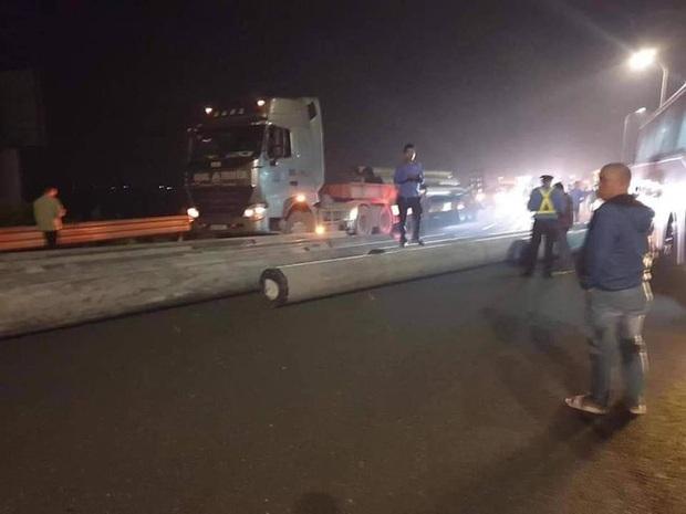 Kinh hoàng xe chở cột điện đứt xích văng xuống cao tốc Pháp Vân - Cầu Giẽ - Ảnh 1.