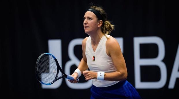 Pha ghi điểm độc nhất vô nhị: Cựu nữ tay vợt số 1 thế giới đưa bóng dạo chơi trên mép lưới và ăn điểm như hack - Ảnh 2.