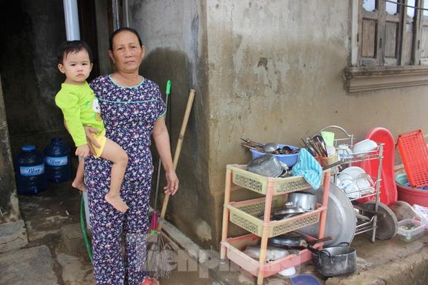 12 ngày không điện, không nước và không cơm của xóm nghèo bị cô lập hoàn toàn trong lũ - Ảnh 1.