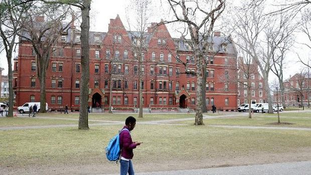 Đại học Mỹ: Sinh viên cố tình mắc COVID-19 có thể bị đuổi học vĩnh viễn - Ảnh 1.