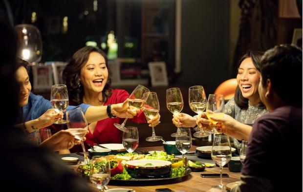 9 chi tiết ẩn thách bạn soi hết ở Tiệc Trăng Máu: Pha ngoại tình của Kiều Minh Tuấn được bật mí ngay từ đầu! - Ảnh 8.