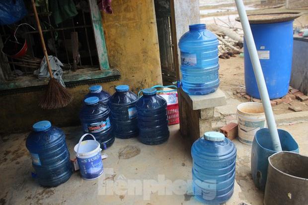 12 ngày không điện, không nước và không cơm của xóm nghèo bị cô lập hoàn toàn trong lũ - Ảnh 4.
