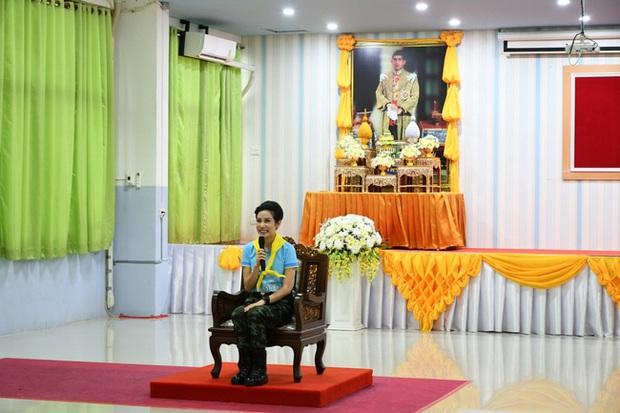 Hoàng hậu Thái Lan ngày một tỏa sáng, thể hiện tình cảm gắn bó với nhà vua trong khi Hoàng quý phi vắng bóng - Ảnh 2.