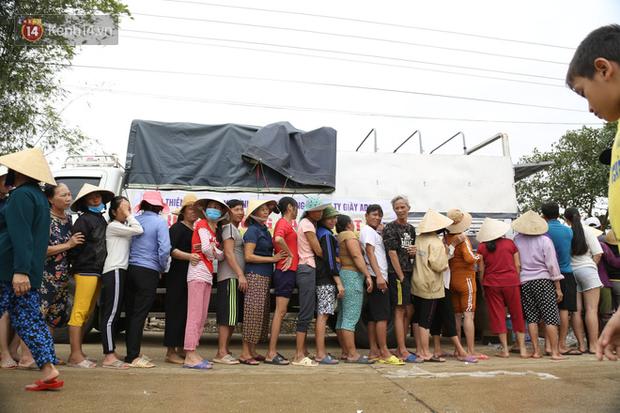 Tình người nơi lũ dữ đi qua: Hàng ngàn xe máy hỏng vì chìm trong biển nước, nhóm thợ tình nguyện sửa miễn phí cho bà con - Ảnh 2.