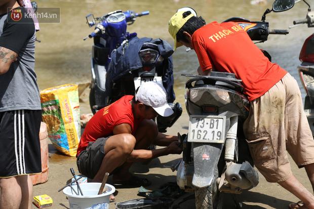 Tình người nơi lũ dữ đi qua: Hàng ngàn xe máy hỏng vì chìm trong biển nước, nhóm thợ tình nguyện sửa miễn phí cho bà con - Ảnh 5.