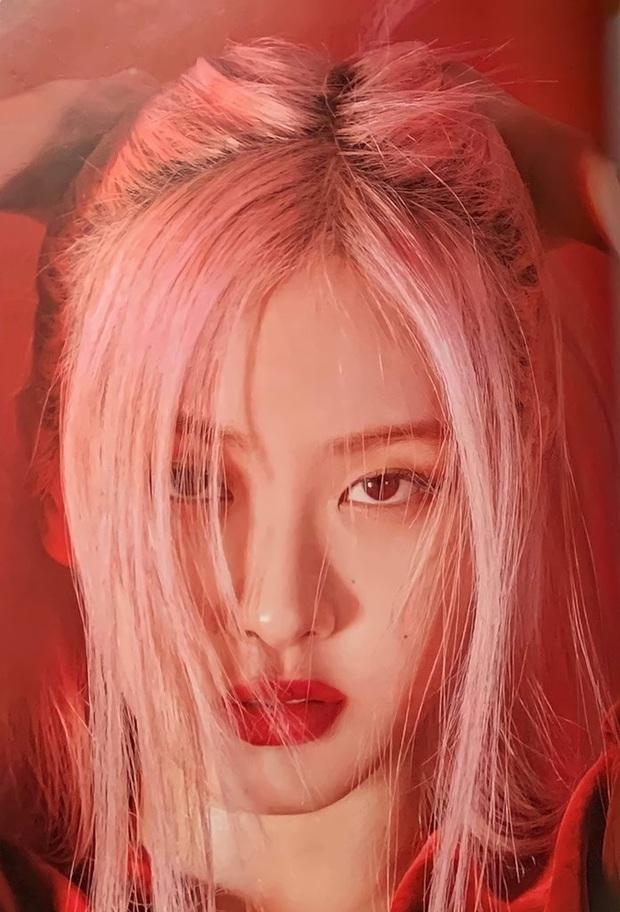 Sốc nhẹ bộ ảnh tạp chí mới của Rosé (BLACKPINK): Son đỏ chót, lên đồ da bóng lộn, vòng 1 khiêm tốn sao sang thế này? - Ảnh 2.
