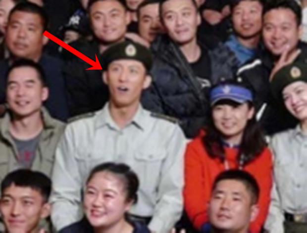 Tiêu Chiến ăn nắng đến đen nhẻm ở hậu trường Vương Bài, chị em vào tặng nickname Thỏ một nắng - Ảnh 3.