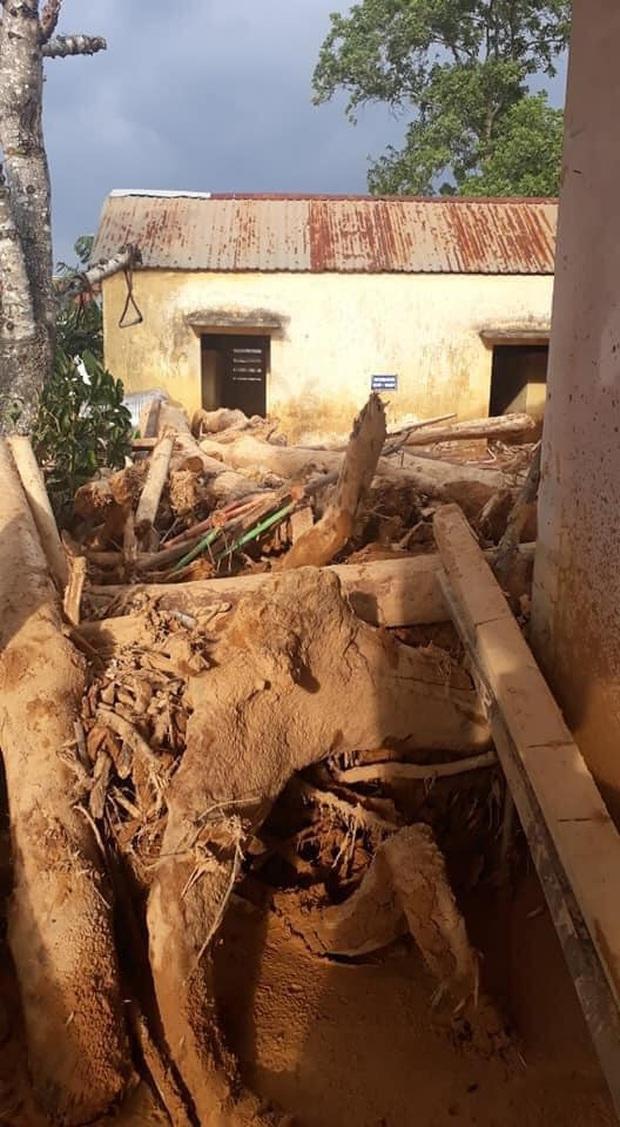Trường học ở Quảng Trị sau khi sạt núi ập đến: Bùn đất bám dày 1 mét, thầy cô phải băng rừng đến lớp - Ảnh 1.