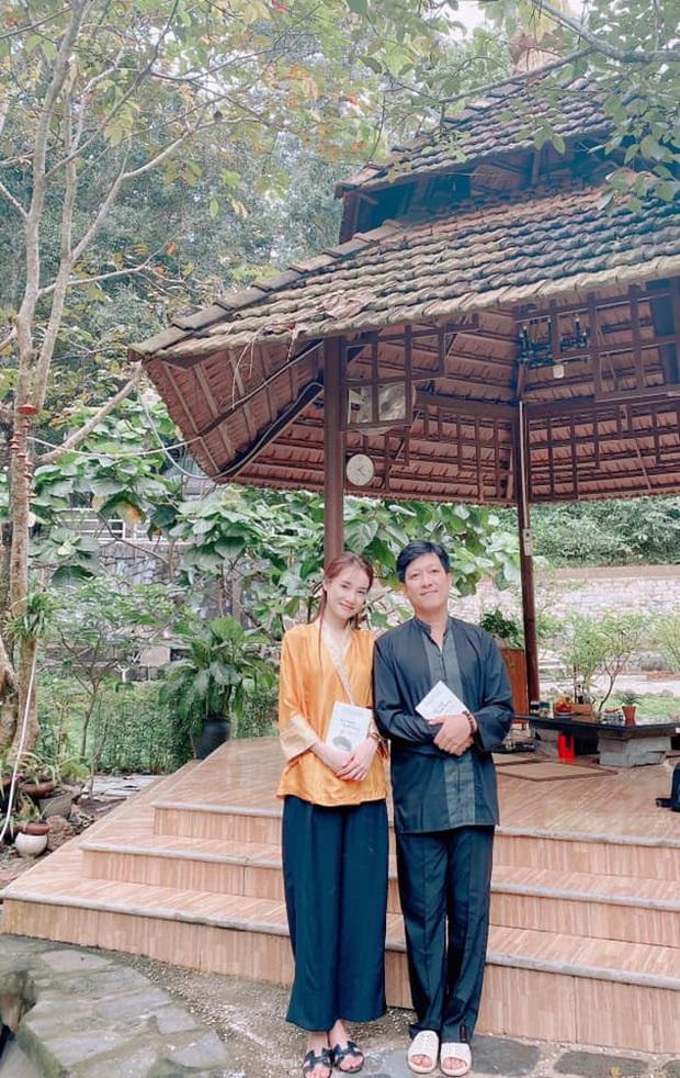 Vợ chồng Trường Giang giản dị đi lễ chùa sau chuyến cứu trợ miền Trung, cử chỉ tựa đầu dễ thương khiến dân tình bấn loạn - Ảnh 2.