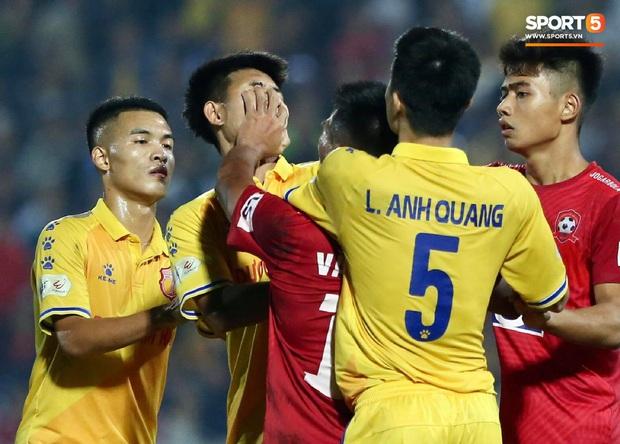 Cầu thủ U22 Việt Nam bị kẹp cổ vì đòi đánh trọng tài và cái kết suýt bị CĐV quá khích ở sân Thiên Trường tấn công - Ảnh 4.