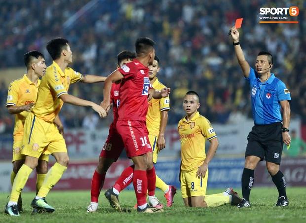 Cầu thủ U22 Việt Nam bị kẹp cổ vì đòi đánh trọng tài và cái kết suýt bị CĐV quá khích ở sân Thiên Trường tấn công - Ảnh 3.