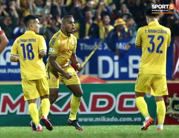 Cầu thủ U22 Việt Nam bị kẹp cổ vì đòi đánh trọng tài và cái kết suýt bị CĐV quá khích ở sân Thiên Trường tấn công - Ảnh 9.