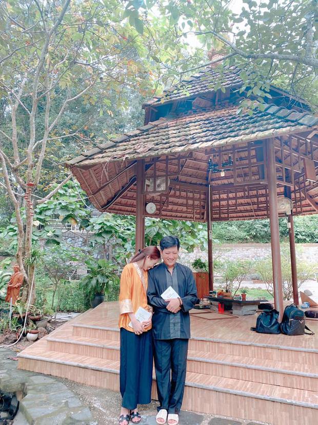 Vợ chồng Trường Giang giản dị đi lễ chùa sau chuyến cứu trợ miền Trung, cử chỉ tựa đầu dễ thương khiến dân tình bấn loạn - Ảnh 3.