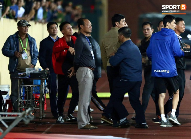 Cầu thủ U22 Việt Nam bị kẹp cổ vì đòi đánh trọng tài và cái kết suýt bị CĐV quá khích ở sân Thiên Trường tấn công - Ảnh 7.
