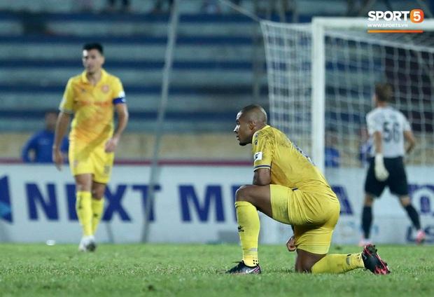 Cầu thủ U22 Việt Nam bị kẹp cổ vì đòi đánh trọng tài và cái kết suýt bị CĐV quá khích ở sân Thiên Trường tấn công - Ảnh 8.