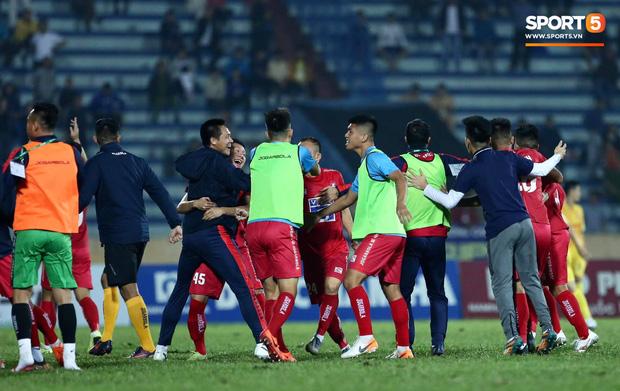 Cầu thủ U22 Việt Nam bị kẹp cổ vì đòi đánh trọng tài và cái kết suýt bị CĐV quá khích ở sân Thiên Trường tấn công - Ảnh 11.