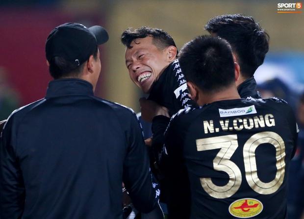 Cựu tuyển thủ Việt Nam bị đàn em ở Hà Nội FC trêu chọc vì câu giờ lộ liễu trong trận thắng hú vía - Ảnh 4.