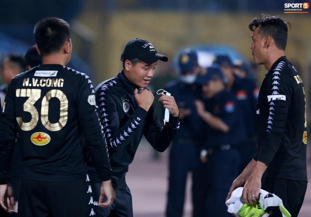 Cựu tuyển thủ Việt Nam bị đàn em ở Hà Nội FC trêu chọc vì câu giờ lộ liễu trong trận thắng hú vía - Ảnh 3.