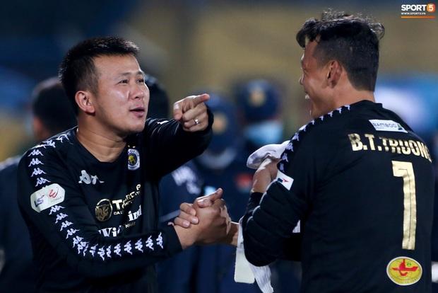 Cựu tuyển thủ Việt Nam bị đàn em ở Hà Nội FC trêu chọc vì câu giờ lộ liễu trong trận thắng hú vía - Ảnh 2.
