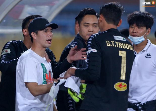 Cựu tuyển thủ Việt Nam bị đàn em ở Hà Nội FC trêu chọc vì câu giờ lộ liễu trong trận thắng hú vía - Ảnh 5.