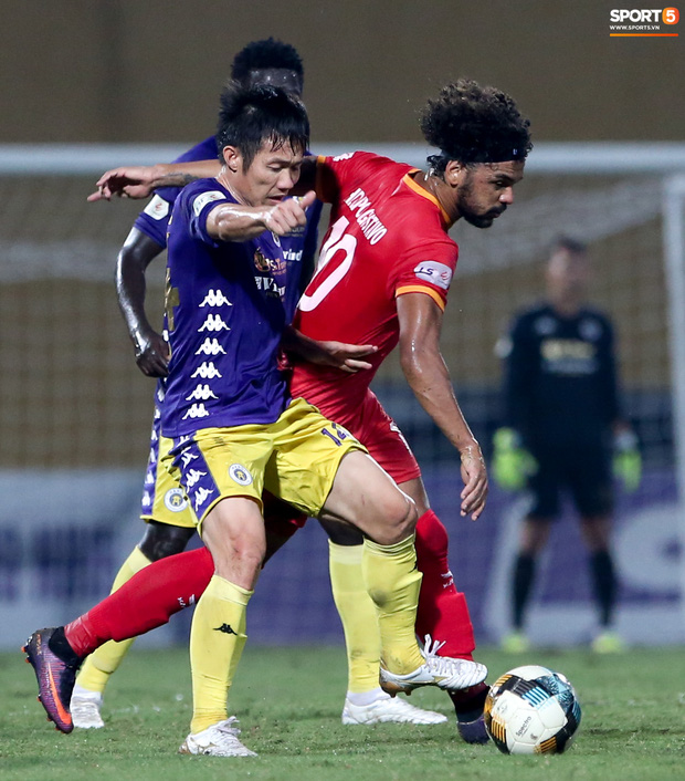 Cựu tuyển thủ Việt Nam bị đàn em ở Hà Nội FC trêu chọc vì câu giờ lộ liễu trong trận thắng hú vía - Ảnh 7.