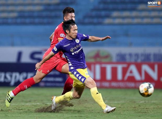 Cựu tuyển thủ Việt Nam bị đàn em ở Hà Nội FC trêu chọc vì câu giờ lộ liễu trong trận thắng hú vía - Ảnh 9.