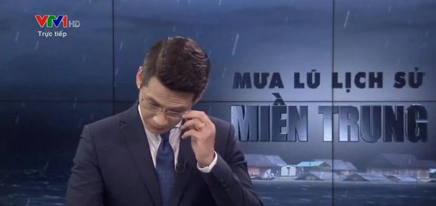 BTV của VTV nghẹn ngào, không nói thành lời trên sóng trực tiếp trong chương trình về mưa lũ miền Trung - Ảnh 3.