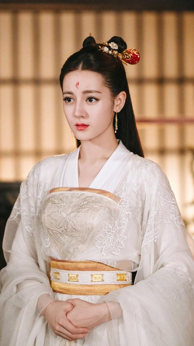 Địch Lệ Nhiệt Ba bất ngờ ẵm giải phụ dù bại trận trước bà cả Thế Giới Hôn Nhân, fan chê mỹ nhân cầm cúp không ngượng tay - Ảnh 1.