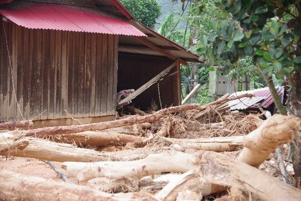 Sau bão lũ, một xã ở Quảng Trị ngập trong lớp bùn dày gần 1 mét - Ảnh 1.
