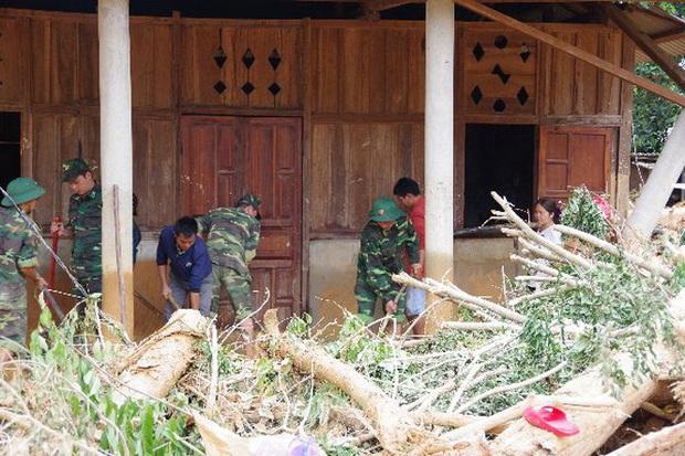 Sau bão lũ, một xã ở Quảng Trị ngập trong lớp bùn dày gần 1 mét - Ảnh 2.