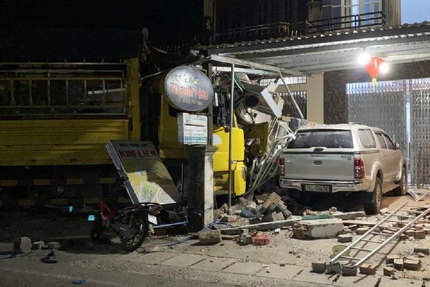 Hiện trường vụ xe điên tông vào nhà dân ở Quảng Ngãi, làm nhiều người chết - Ảnh 2.