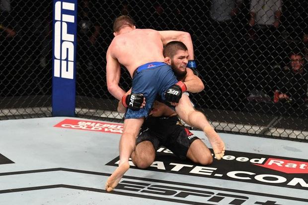 Độc cô cầu bại Khabib hạ gục Gaethje trong trận đại chiến tại hạng nhẹ UFC, gây sốc với tuyên bố giải nghệ đầy bất ngờ - Ảnh 1.