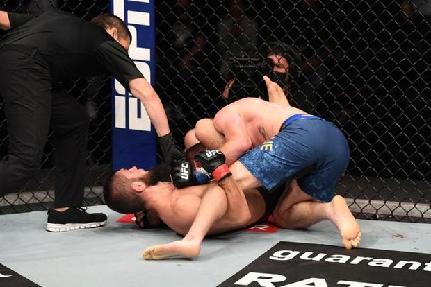 Độc cô cầu bại Khabib hạ gục Gaethje trong trận đại chiến tại hạng nhẹ UFC, gây sốc với tuyên bố giải nghệ đầy bất ngờ - Ảnh 2.
