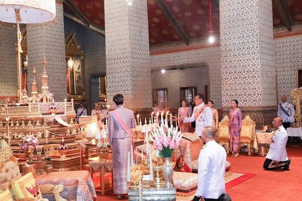 Hoàng quý phi Thái Lan tái xuất thu hút sự chú ý: Lặng lẽ nhìn Quốc vương và Hoàng hậu dự sự kiện rồi có hoạt động riêng đầy nổi bật - Ảnh 1.