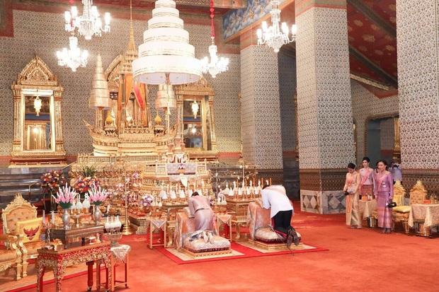 Hoàng quý phi Thái Lan tái xuất thu hút sự chú ý: Lặng lẽ nhìn Quốc vương và Hoàng hậu dự sự kiện rồi có hoạt động riêng đầy nổi bật - Ảnh 2.