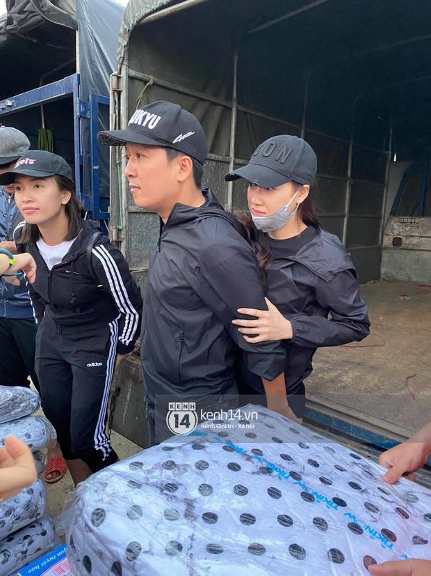 Vợ chồng Trường Giang giản dị đi lễ chùa sau chuyến cứu trợ miền Trung, cử chỉ tựa đầu dễ thương khiến dân tình bấn loạn - Ảnh 5.