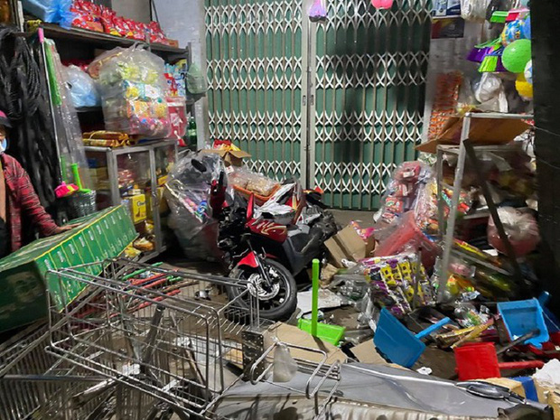 Hiện trường vụ xe điên tông vào nhà dân ở Quảng Ngãi, làm nhiều người chết - Ảnh 11.
