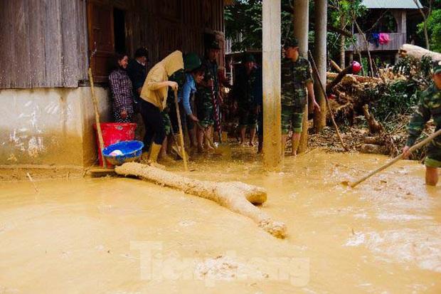 Sau bão lũ, một xã ở Quảng Trị ngập trong lớp bùn dày gần 1 mét - Ảnh 12.