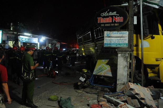 Hiện trường vụ xe điên tông vào nhà dân ở Quảng Ngãi, làm nhiều người chết - Ảnh 13.
