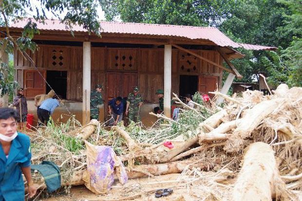 Sau bão lũ, một xã ở Quảng Trị ngập trong lớp bùn dày gần 1 mét - Ảnh 3.