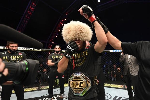 Độc cô cầu bại Khabib hạ gục Gaethje trong trận đại chiến tại hạng nhẹ UFC, gây sốc với tuyên bố giải nghệ đầy bất ngờ - Ảnh 3.