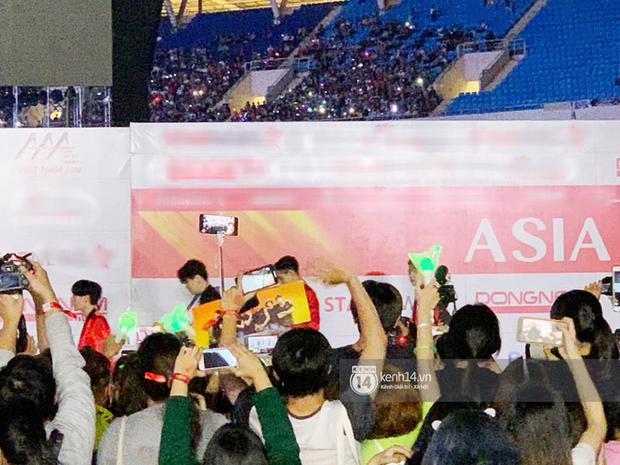 Góc ngã ngửa: Chiếc bàn MC ở AAA 2019 tổ chức tại Việt Nam sau 1 năm cũng chỉ dùng để bát đũa? - Ảnh 4.