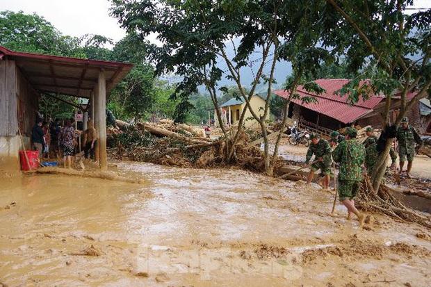 Sau bão lũ, một xã ở Quảng Trị ngập trong lớp bùn dày gần 1 mét - Ảnh 4.