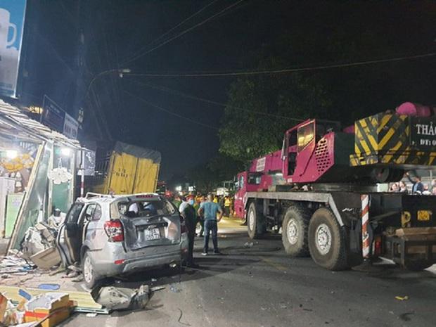 Hiện trường vụ xe điên tông vào nhà dân ở Quảng Ngãi, làm nhiều người chết - Ảnh 4.