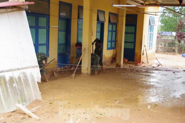 Sau bão lũ, một xã ở Quảng Trị ngập trong lớp bùn dày gần 1 mét - Ảnh 5.