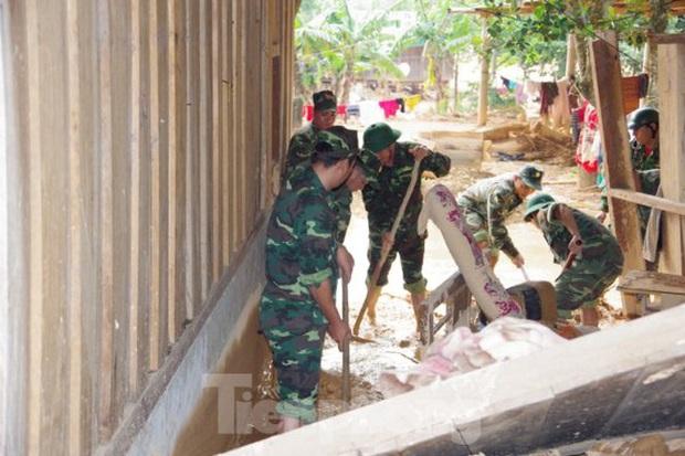 Sau bão lũ, một xã ở Quảng Trị ngập trong lớp bùn dày gần 1 mét - Ảnh 6.