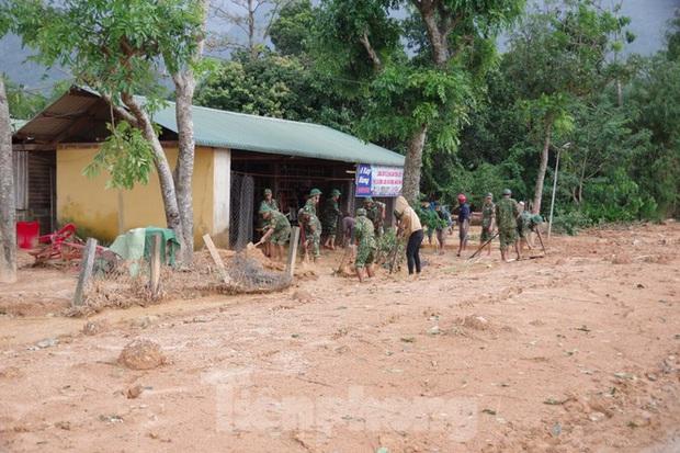 Sau bão lũ, một xã ở Quảng Trị ngập trong lớp bùn dày gần 1 mét - Ảnh 7.