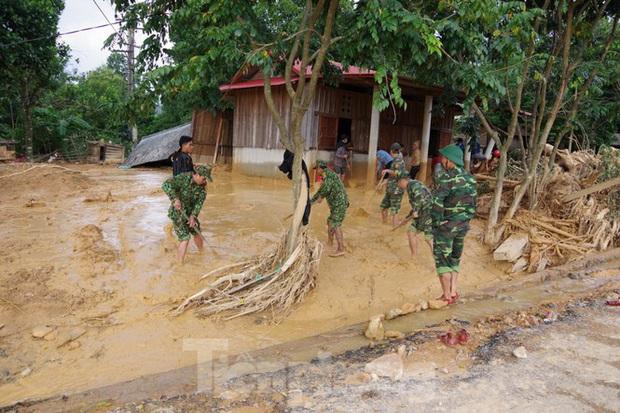 Sau bão lũ, một xã ở Quảng Trị ngập trong lớp bùn dày gần 1 mét - Ảnh 8.